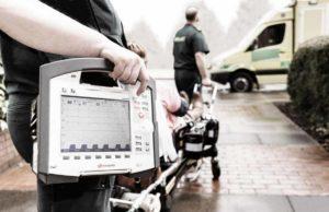 corpuls3-module-im-einsatz-paramedics-transporting-patient-to-ambulance